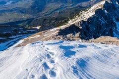 Neve em um cume da montanha Foto de Stock