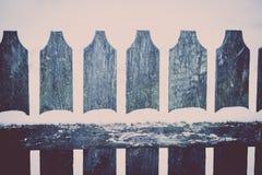 Neve em uma cerca de madeira Fotos de Stock