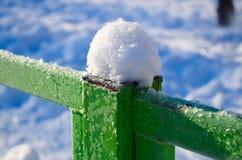 Neve em uma cerca do metal Fotos de Stock