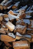 Neve em woodpile fotografia de stock
