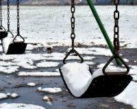 A neve encheu balanços imagens de stock