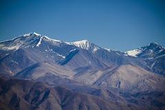 neve eterno sobre montanhas nas montanhas Foto de Stock