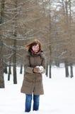 Neve feliz da terra arrendada da mulher Fotos de Stock Royalty Free