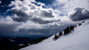 Neve Fileds na área alpina alta de picos de Sun Foto de Stock