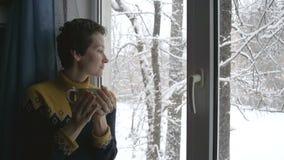 Neve fora da janela e do chá quente filme
