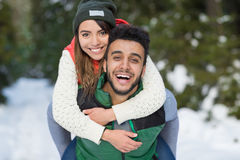 Neve Forest Outdoor Winter Walk delle coppie della corsa della miscela dei giovani Fotografie Stock Libere da Diritti