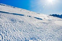 Neve fredda blu sulla montagna delle alpi Fotografia Stock