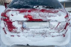A neve geou no carro traseiro imagens de stock