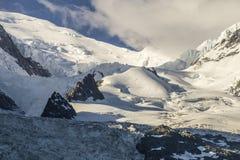 Neve, ghiacciaio e rocce nelle parti superiori del mas di Mont Blanc Immagini Stock