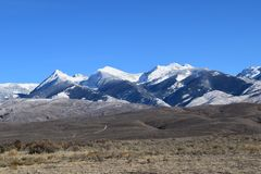 A neve gloriosa tampou montanhas da escala amarga Montana da raiz fotografia de stock