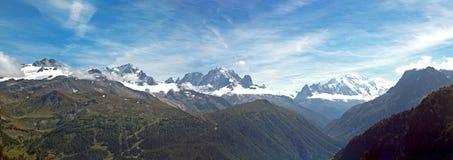 A neve impressionante tampou picos do cume alpino de Mont Blanc Massive imagens de stock
