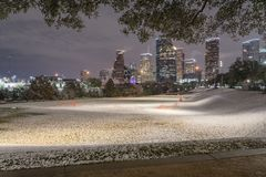 Neve incomum em Houston do centro na noite com queda de neve em Elean Foto de Stock Royalty Free
