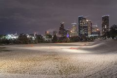 Neve insolita a Houston del centro alla notte con le precipitazioni nevose a Elean Immagine Stock