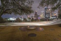 Neve insolita a Houston del centro alla notte con le precipitazioni nevose a Elean Fotografia Stock