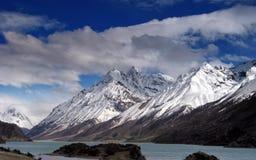 Neve Mountians e lago bonito fotografia de stock royalty free