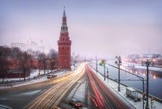 A neve não interfere com o movimento dos carros Imagens de Stock