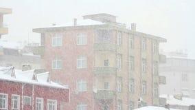 Neve na cidade. Vídeo da inclinação video estoque