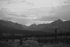 Neve na foto preto e branco das montanhas foto de stock