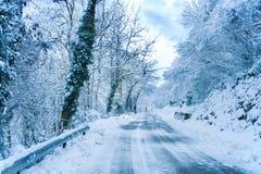 Neve nella strada principale fotografie stock libere da diritti