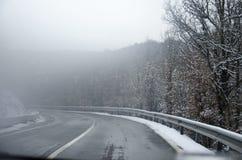 neve nevado da estrada da montanha cancelada com árvores Imagem de Stock