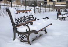 Neve no banco no parque do inverno Imagem de Stock
