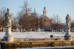 Neve no gramado e na igreja de Santa Giustina em Pádua Imagem de Stock Royalty Free