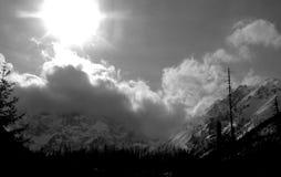 Neve no pico de montanhas altas imagem de stock