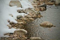 Neve no rio imagens de stock