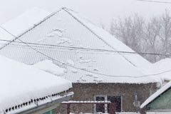 Neve no telhado blizzard foto de stock royalty free