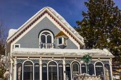 Neve no telhado da casa imagens de stock