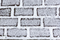 Neve no tijolo que pavimenta a textura abstrata do fundo Imagem de Stock Royalty Free