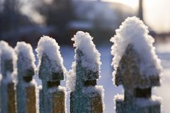 Neve nos elementos de uma cerca de madeira fotografia de stock royalty free