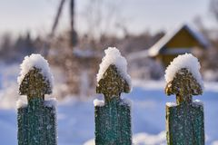 Neve nos elementos de uma cerca de madeira fotos de stock