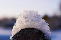 Neve nos elementos de uma cerca de madeira imagem de stock