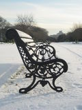 Neve, parque de Phoenix, Dublin, Irlanda, banco de parque imagens de stock