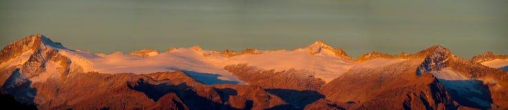 Neve Platone nel panorama lungo delle alpi della dolomia al tramonto Fotografia Stock