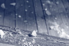 Neve in primavera su una piattaforma di legno Fotografia Stock Libera da Diritti