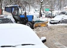 Neve pulita del trattore in cortile Immagini Stock