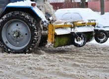 Neve pulita del trattore in courtyar Immagini Stock Libere da Diritti