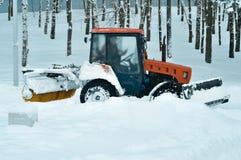 Neve pulita del trattore nel parco Immagini Stock Libere da Diritti