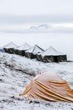 Neve que acampa na parte superior de um pico Imagem de Stock Royalty Free