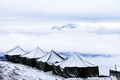 Neve que acampa na parte superior de um pico Imagens de Stock