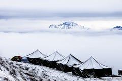Neve que acampa na parte superior de um pico Imagens de Stock Royalty Free
