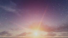 Neve que cai com as nuvens de Timelapse no nascer do sol filme