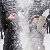 Neve que cai da árvore fotos de stock royalty free