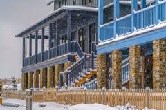Neve que cai em casas com patamar e balcão fotografia de stock