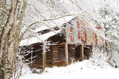 Neve que cobre um celeiro velho Imagem de Stock