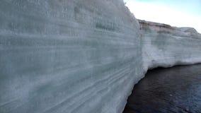 Neve que derrete no rio Temnik da montanha em Sibéria de Rússia filme