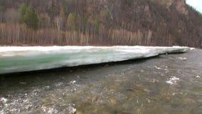 Neve que derrete no rio Temnik da montanha em Sibéria de Rússia vídeos de arquivo