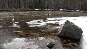 Neve que derrete no rio Temnik da montanha em Sibéria de Rússia video estoque